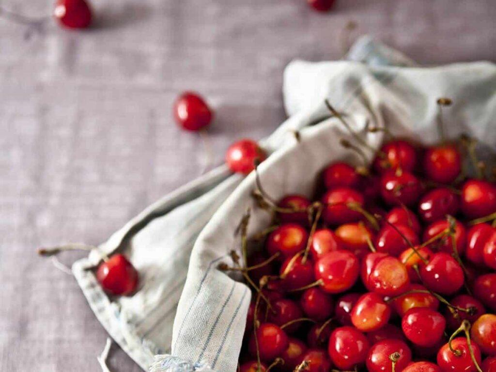 Heimische Superfood-Beeren in Beutel auf Tisch
