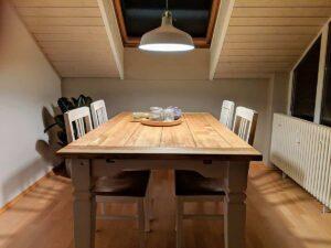 Fertig restaurierter Tisch mit Stühlen und Hängelampe