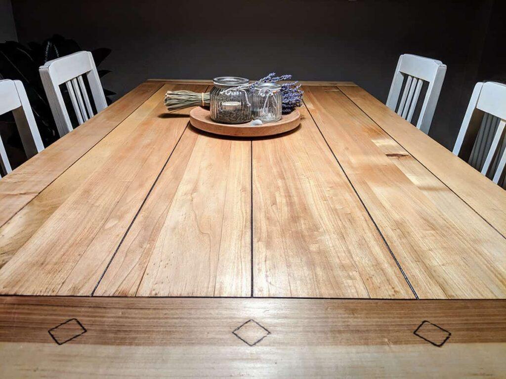 restaurierter Tisch am Abend mit Deko
