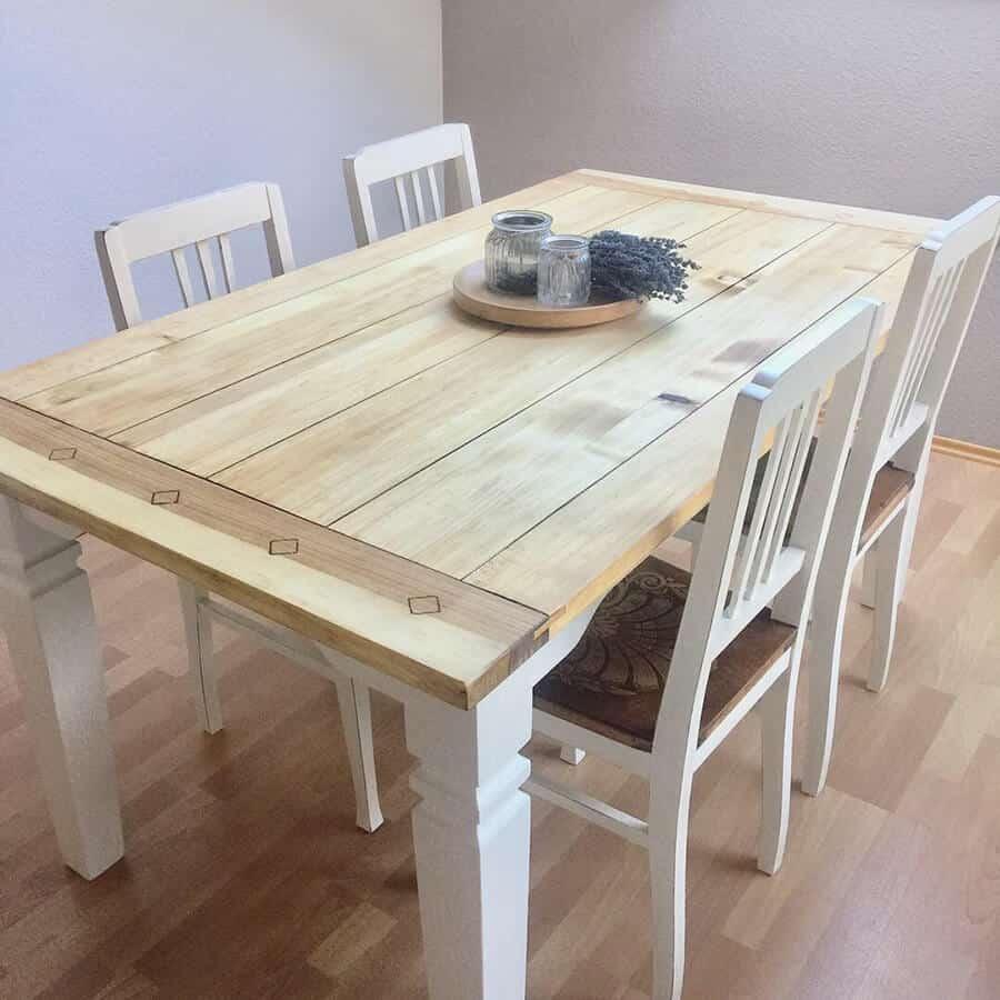 Restaurierter alter Tisch