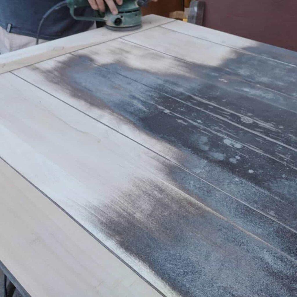 Alte Tischplatte mit Schleifmaschine abschleifen