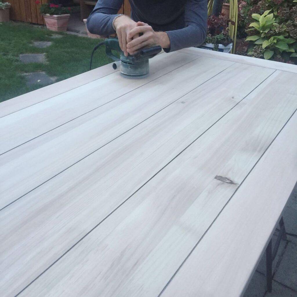 Tischplatte wird mit Schleifmaschine abgeschliffen