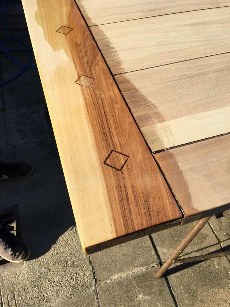 alte Tischplatte wird eingeölt