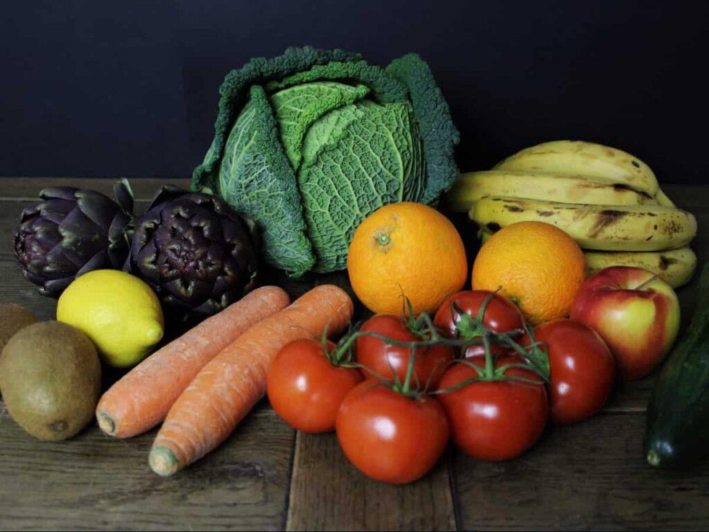 Obst und Gemüse auf Tisch