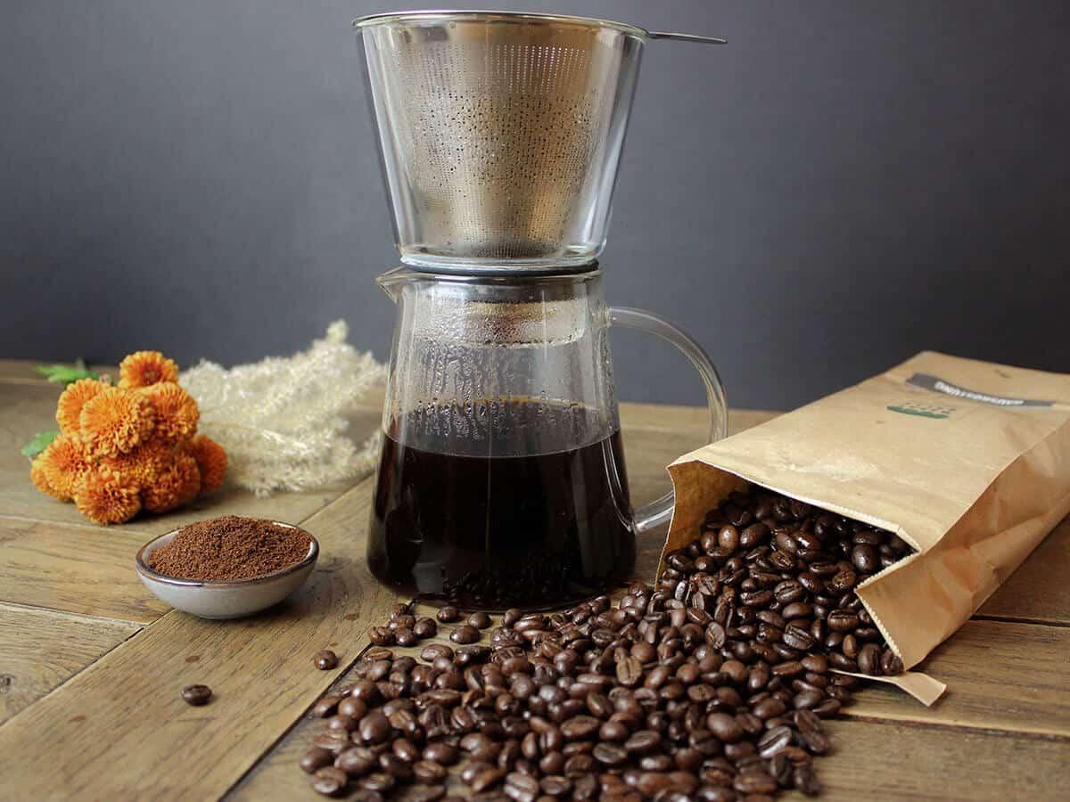 Aufgebrühter Kaffe mit Pour Over Kaffebereiter