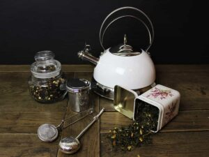 loser Tee mit Teesieb und Teekessel