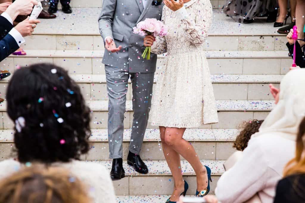 Brautpaar wird mit Konfetti beworfen