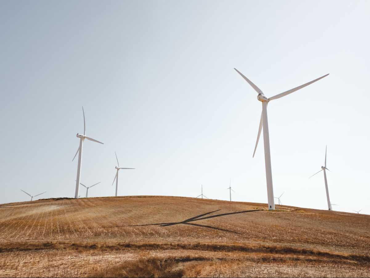 Windräder zur Stromerzeugung auf Hügel