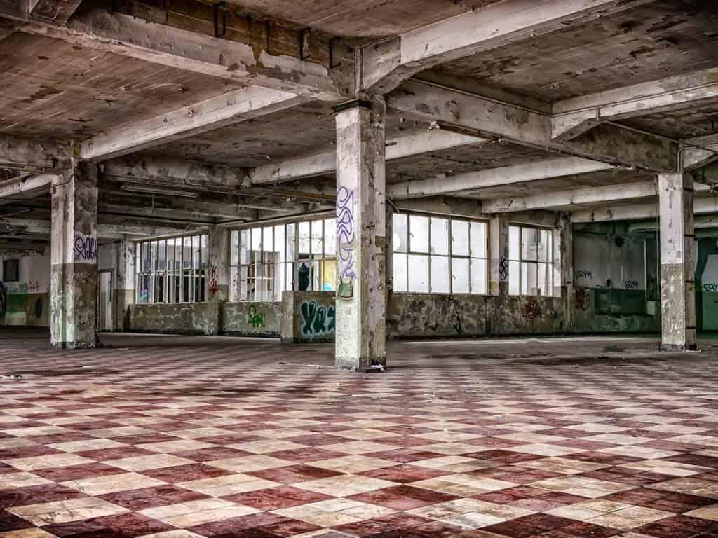 Reshoring - Leere Fabrikhalle