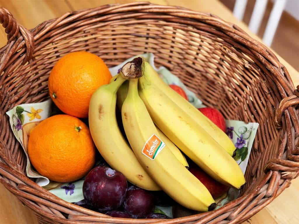 Bio Obst in einen Obstkorb