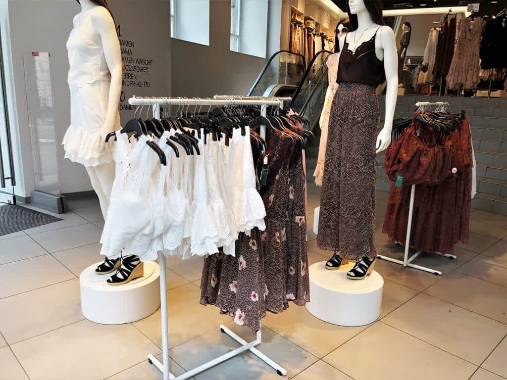 Schaufensterpuppen und Kleiderständer mit Fast Fashion