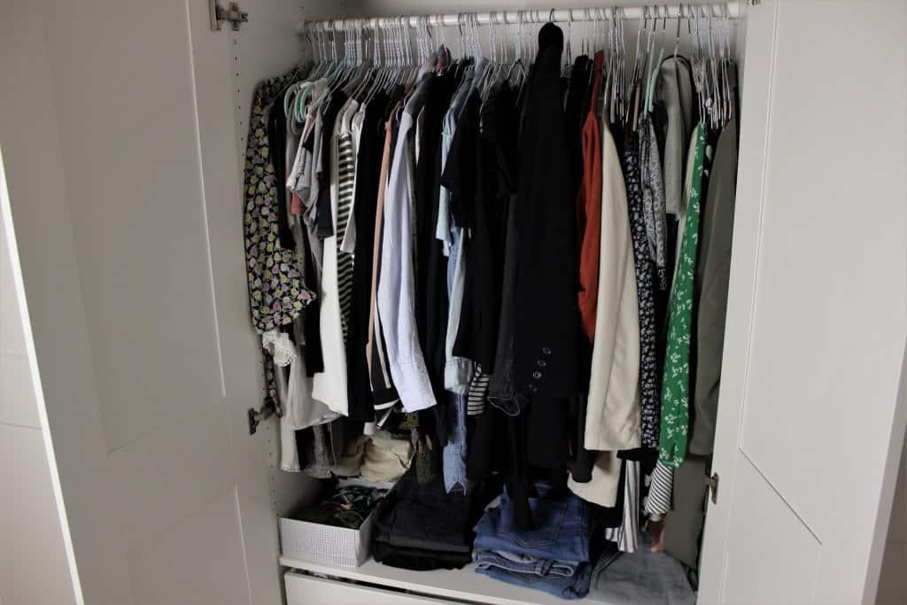 Kleiderschrank mit Kleidung