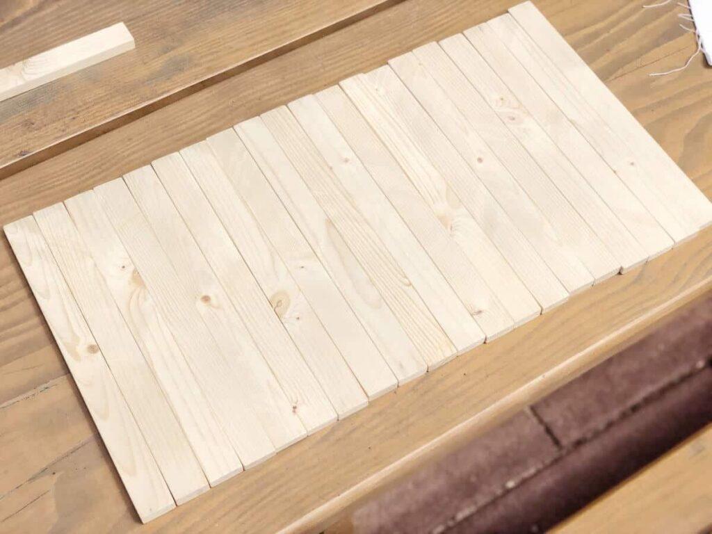 Holzstäbe auf Holztisch