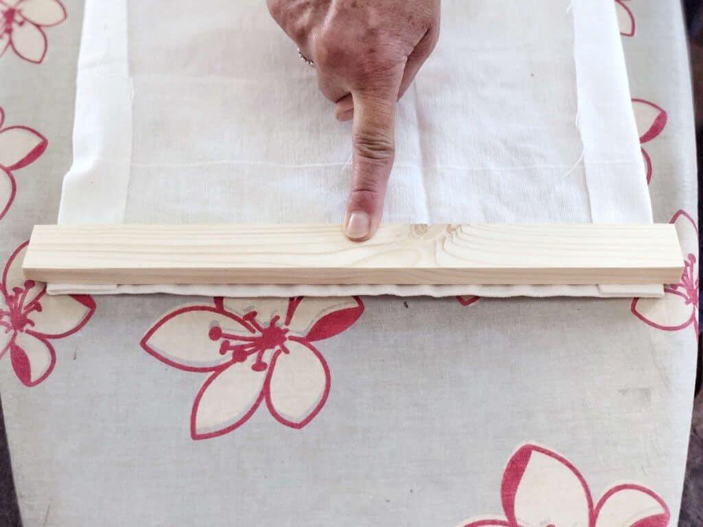Stoff auf Bügelbrett mit Holzstab