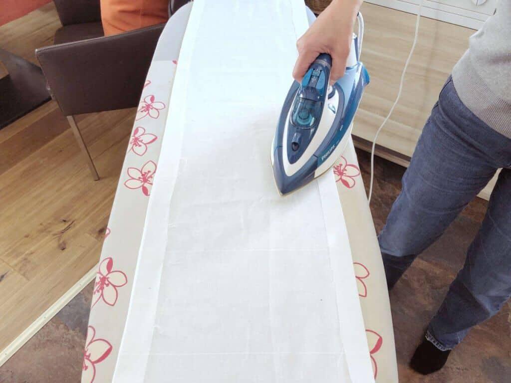 Stoff auf Bügelbrett Umschlag bügeln