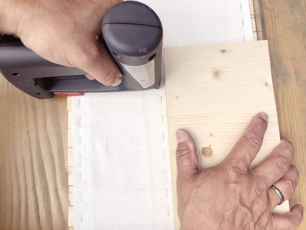 Stoff auf Holzbretter antackern mit Tackerpistole