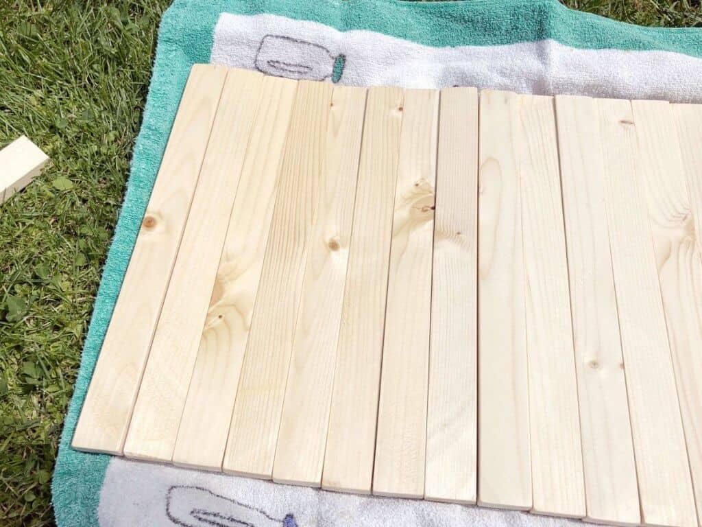 Eingeölte Holzbretter auf Rasen