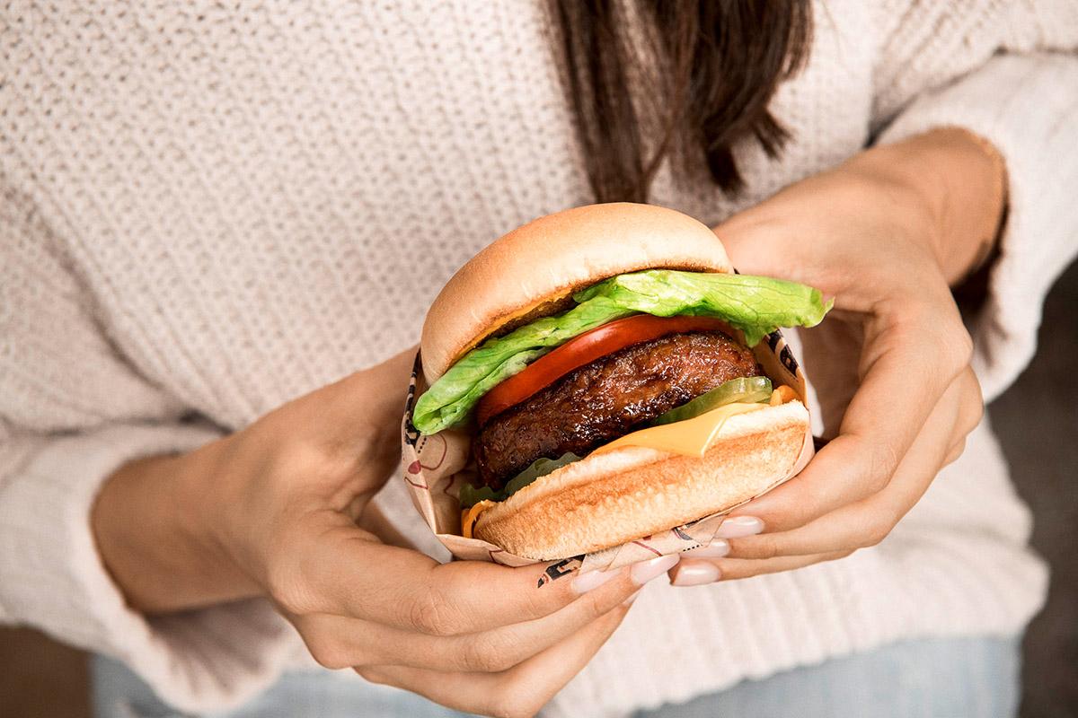 Frau hält Beyond Meat Burger