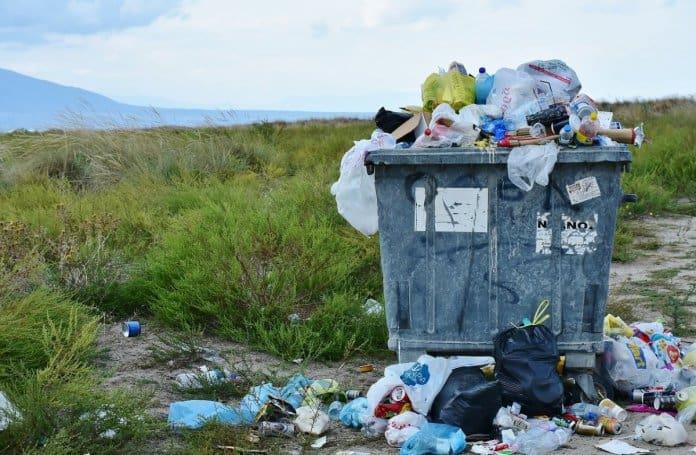 Überquellender Müllcontainer voller Plastikmüll
