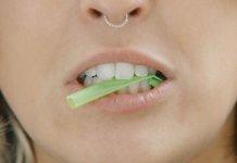 Frau mit Nasenring kaut auf Plastikstrohhalm