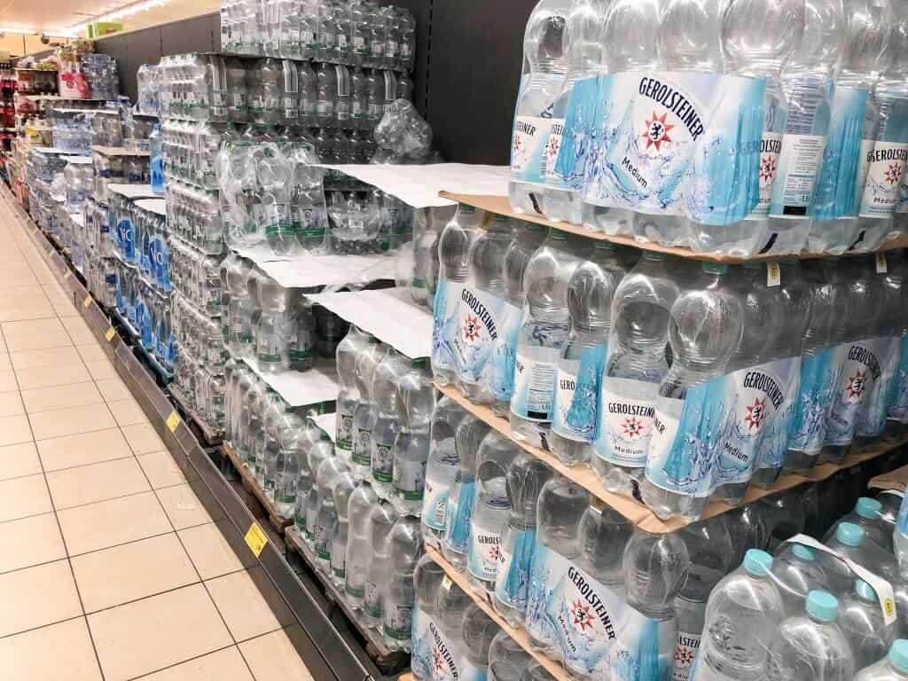 Eine Reihe an Plastikflaschen im Supermarkt