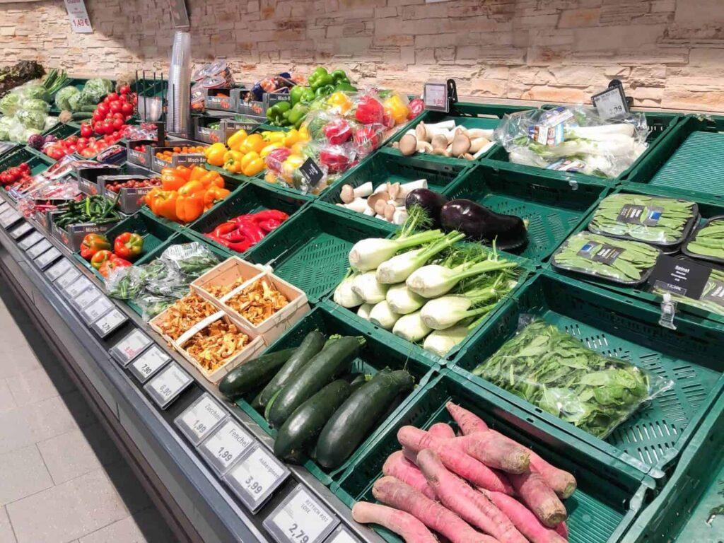 Unverpacktes Gemüse im Supermarkt