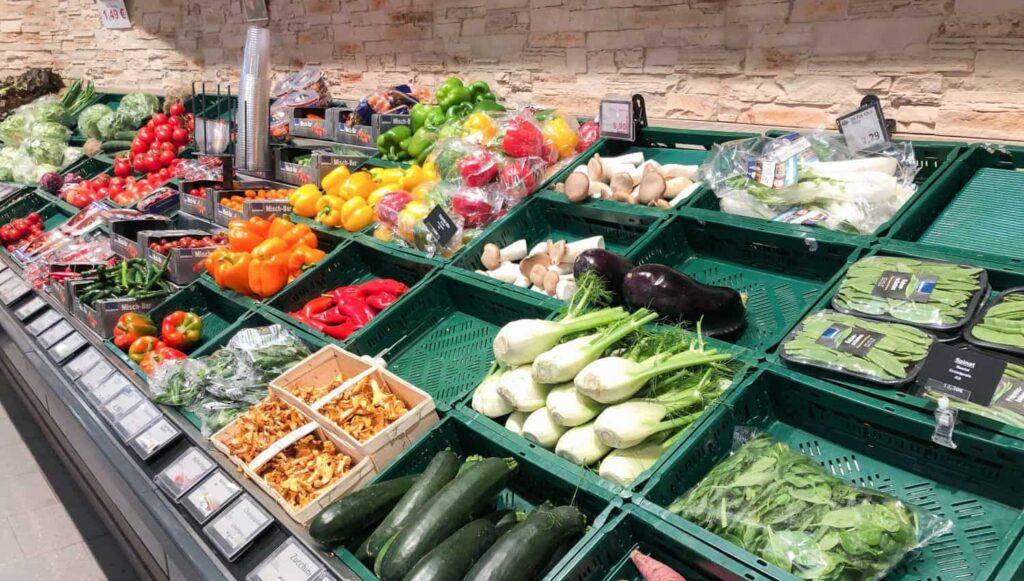 Gemüse unverpackt und in Plastik verpackt im Supermarkt