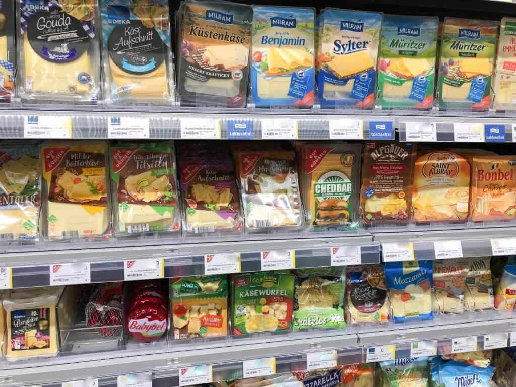 Käse in Plastikverpackung im Supermarkt