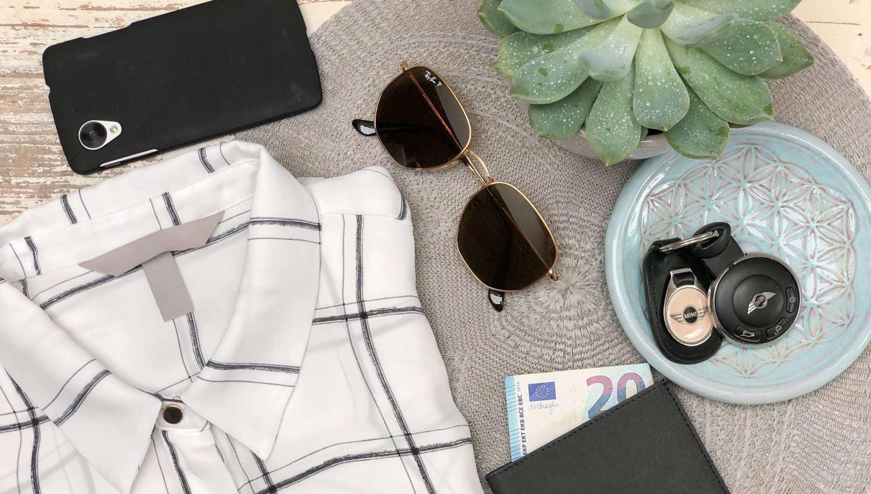 Luxusartikel wie Kleidung, Auto, Handy, teure Sonnenbrillen