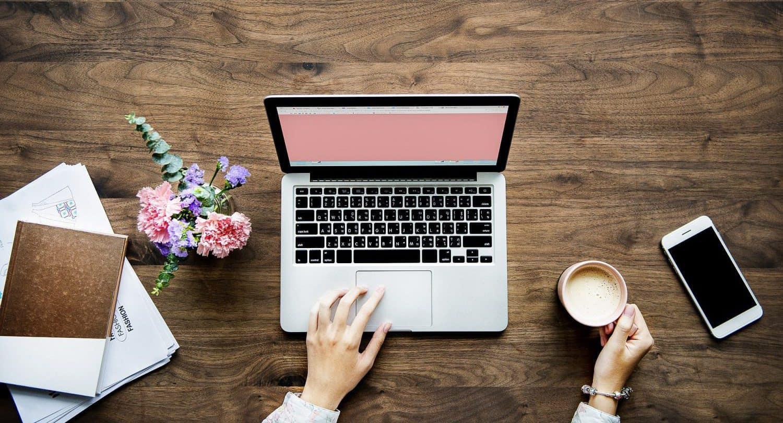 Laptop und Smartphone auf Tisch