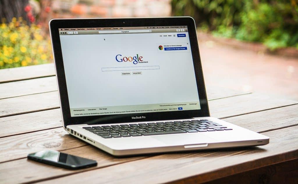 Laptop mit geöffneter Google-Suchmaschine