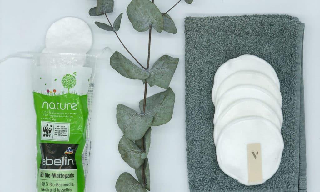 Frotteehandtuch und wiederverwendbare Baumwollpads als Alternative zu Wattepads zum Abschminken