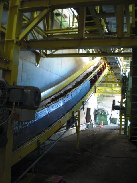 Der Weg des vorsortierten und zerkleinerten Biomülls von Pufferspeicher zu Fermenter der Biokompostieranlage WGV Quarzbichl