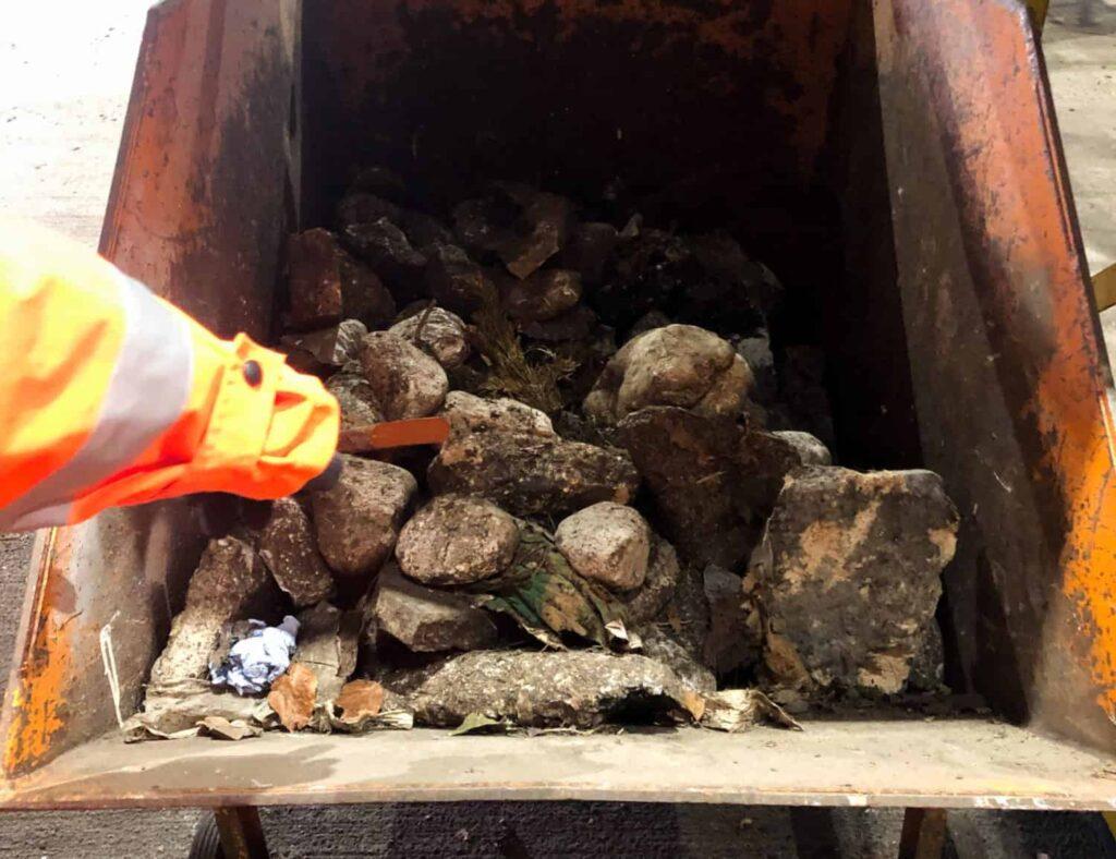 Aussortierte Steine einer Biokompostieranlage in Container