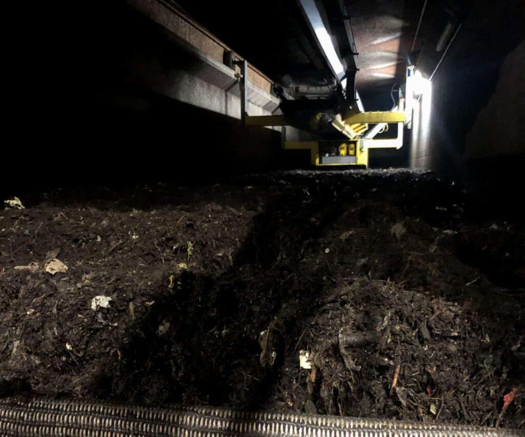 Rottetunnel mit Biomüll in einer Biokompostieranlage