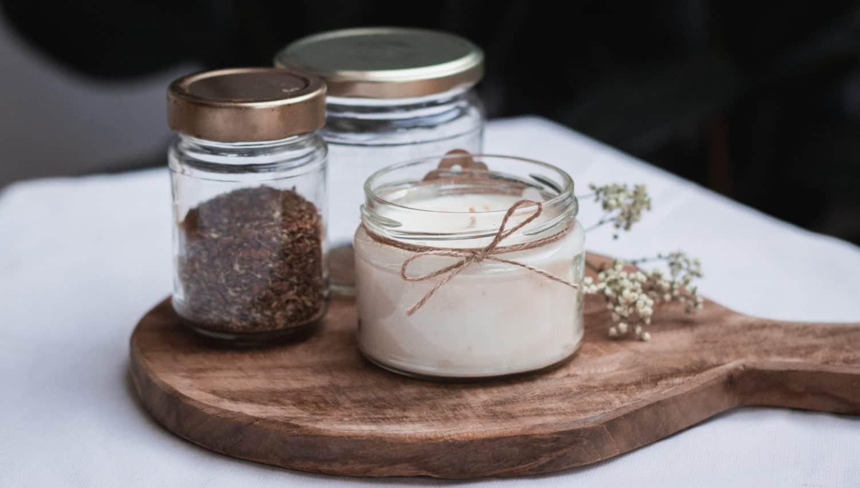 Upcycling Schraubgläser als Aufbewahrung für Lebensmittel und als DIY Kerze auf Holzbrett.