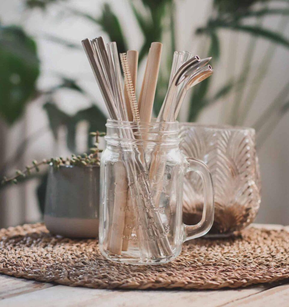 Nachhaltige Trinkhalme aus Glas, Bambus, oder Edelstahl im Glas