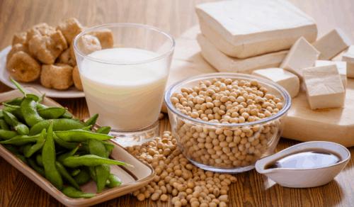 Sojaprodukte Edamame Sojamilch Sojabohnen Sojasoße Tofu auf Tisch