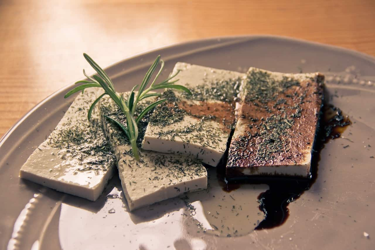 Tofu auf Teller