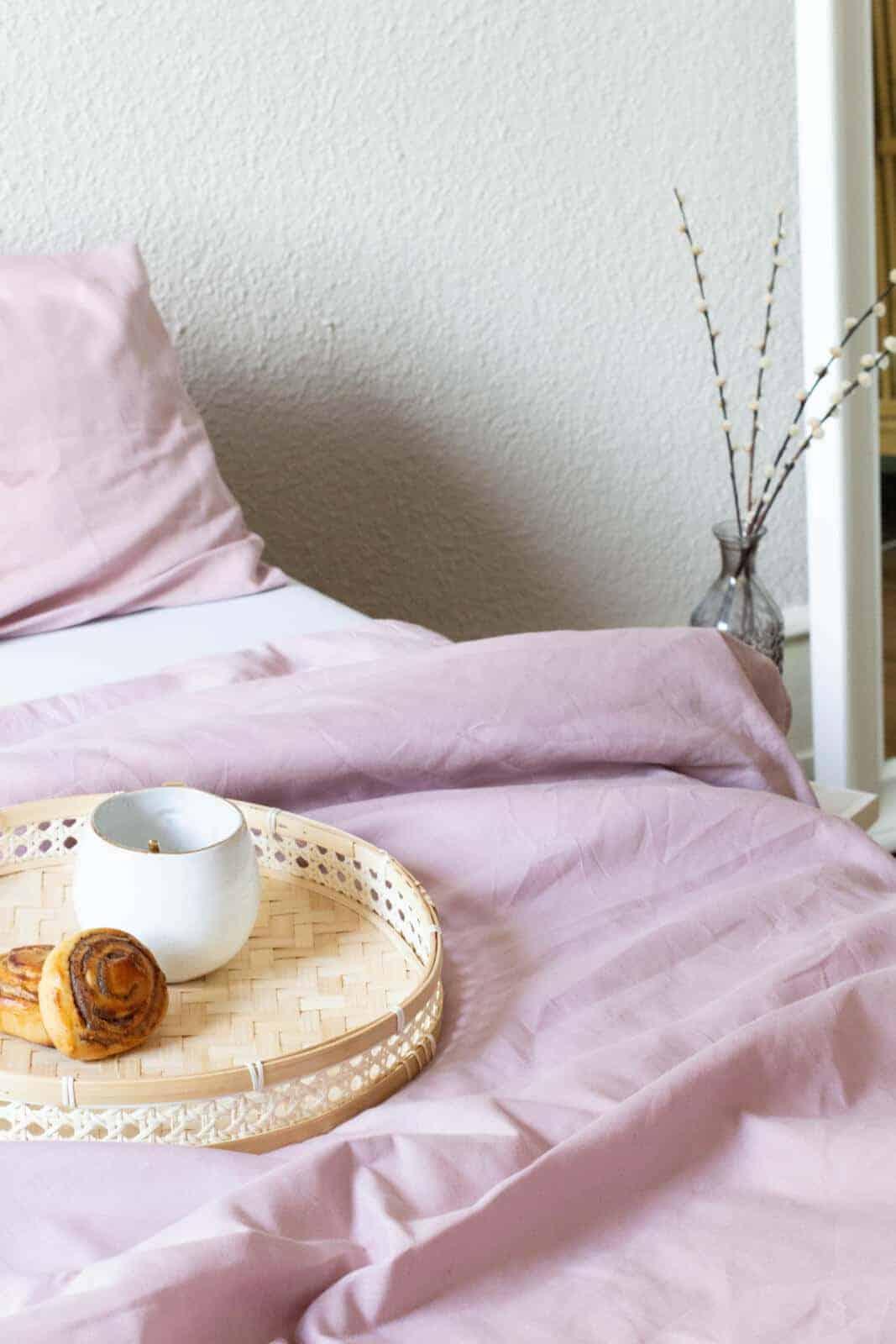 seit1832 nachhaltige Bettwäsche rosa mit Frühstückstablett im bett
