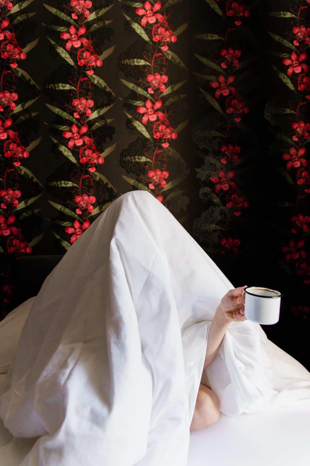 seit1832 nachhaltige Bettwäsche weiß Frau mit Kaffeetasse im Bett